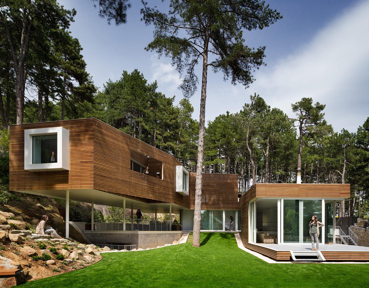 casa de autor en el escorial con chimenea y piscina